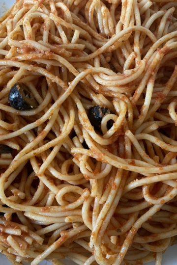 espagueti putanesca emplatado